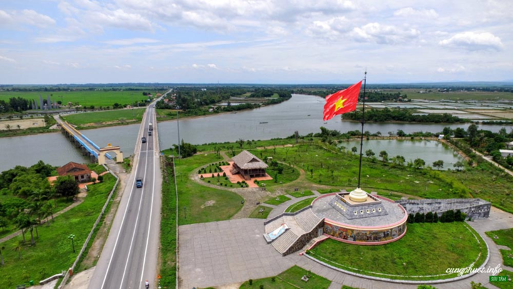 Hien Luong Bridge, Ben Hai River and Border Flagpole. For 20 years, this is the boundary separating the two South - North Vietnam - Photo: Cuong Nguyen
